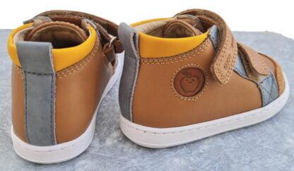 Avec ses 2 velcros Bouba New Sratch sera vite chaussé. Ce modèle pour premiers pas est en cuir camel avec empiècements gris clair et ocre; il est signé Shoo Pom