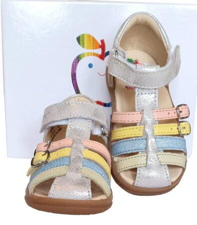 le nu-pied fermé Pika Spart en cuir métal argent est conçu pour les premiers pas de bébé avec sa coque arrière, sa bride à velcro sur la cheville et ses 2 lanières à boucle sur le pied, modèle Shoo Pom