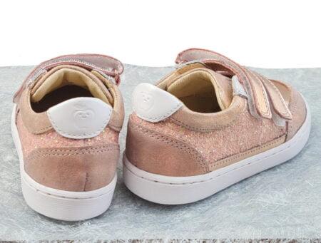 Cet été 2021, la basket Play Co Scratch est habillée de cuir gloss nude, cuir métal cuivré et cuir lisse blanc. Une chaussure enfant signée Shoo Pom à 2 velcros