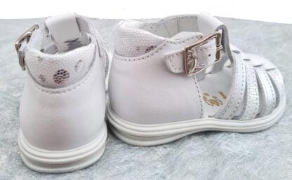 Nu-pied à bout protégé pour enfant Playa en cuir blanc nacré et lanières cuir argent et blanc effet python imprimé argent. Sandale fermée par 1 bride à boucle de Bellamy