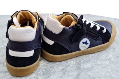 une mixité de cuir lisse et nubuk marine et blanc pour la chaussure garçon Beco de Bellamy. modèle fermé par 1 lacet et 1 zip