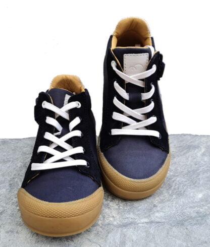 Beco, une chaussure demi saison enfant en cuir lisse marine et blanc et nubuck marine signée Bellamy. Ce modèle pour garçon se ferme par 1 lacet et 1 zip