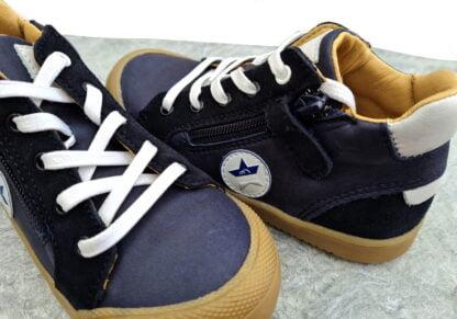 pour la demi saison chaussure Beco pour garçon en cuir lisse marine et blanc et nubuck marine signée Bellamy. Modèle à lacets et 1 zip