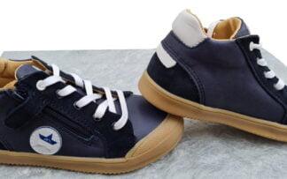 chaussure semi montante demi saison Beco signée Bellamy. Ce modèle pour enfant est en cuir lisse marine et blanc doté d'empiècments cuir nubuck marine. Un modèle à lacet et 1 zip