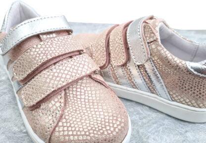 chaussure enfant style basket fille Opale fermée par 3 velcros, modèle Bellamy en cuir croco rose et décoré de bandes argent.