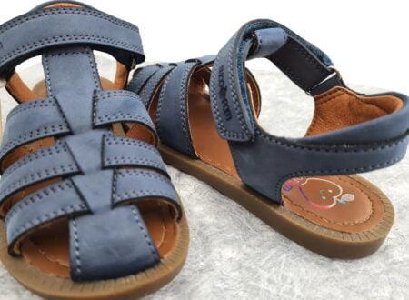 Solar Tonton, un nu-pied fermé couleur jeans deShoo Pom, modèle fermé par 1 bride à velcro