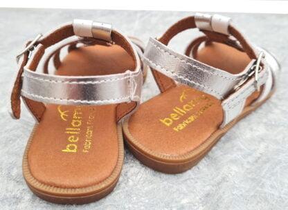 un nu-pied pour enfant en cuir argent et lanières cuir blanc fermé par une bride à boucle. modèle pour fille Unit signé Bellamy