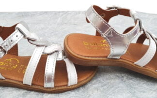 un cuir argent doté dune lanière tressée cuir argent et blanc pour le nu-pied enfant fermé par 1 bride à boucle, modèle Unit de Bellamy