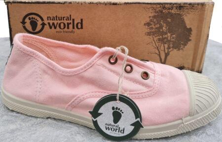 une basket toile rose cleir avec semelle caoutchouc blanc cassé et doté d'un élastique sur le pied. Modèle 470 de Natural Word pour enfant