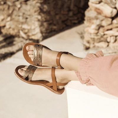 Magnifique sandale pour fillette et junior la Plagette Zia en cuir caramel et lanière cuir métal et glitter platine. Un nu-pied de Pom d'Api fermé par 1 bride à boucle