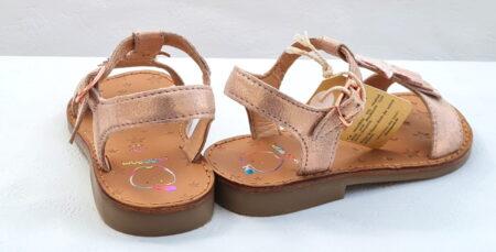 Un ravissant nu-pied pour vos fillettes, Happy Kid en cuir velours irisé cuivre et doté d'une lanière sur le pied avec une étoile glitter cuivré et de franges. Ce modèle Shoo Pom est fermé par 1 bride à boucle.