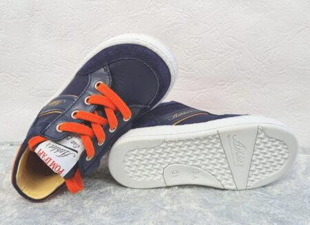une chaussure demi saison pour garçon en cuir marine et doté d'un col et de lacets oranges. Mousse Racing de Pom d'Api pour premiers pas fermé par 1 lacet et 1 zip
