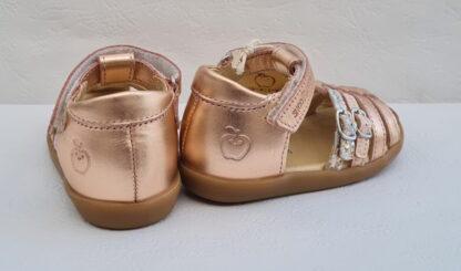 Chaussure pour premiers pas en cuir métal cuivré, modèle Pika Spart, nu-pied fermé Shoo Pom avec 2 lanières à boucles argent glitter et rose irisé