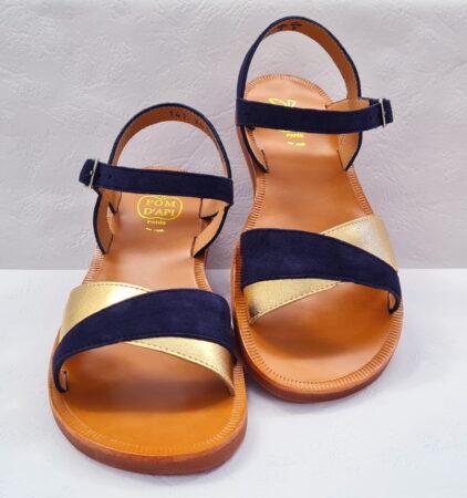Un cuir velours marine pour la sandale fille Plagette Tek de Pom d'Api, ce nu-pied est doté de 2 lanières sur l'avant du pied en cuir velours marine et cuir métal or, modèle fermé par 1 bride à boucle