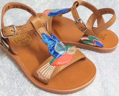 nu-pied enfant Pom d'Api en cuir lisse camel dècorè d'un oiseau cuir lisse rose et cuir mètal bleu, turquoise, platine sur le dessus du pied, modéle Plagette Colibri fermè par 1 bride à boucle