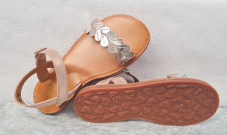 Un cuir velours cuivre irisé sublimé par 1 lanière à feuille prédécoupées cuivre et argent pour le nu-pied enfant Plagette Ferns fermé par une bride à boucle. Modèle signé Pom d'Api