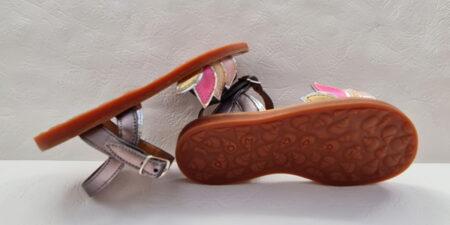 Plagette Lotus, une sandale enfant en cuir métal Pyrite (gris métal) et orné de 4 feuilles de lotus en cuir métal platine et rose, glitter platine et cuir lisse rose