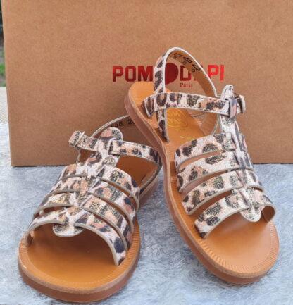 Idéale pour les pieds fins sandale fille Plagette Strap en cuir blanc et platine imprimé léopard. Cet nu-pied enfant Pom d'Api est fermé par 1 bride à boucle