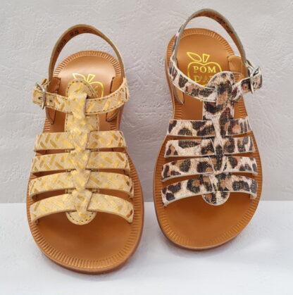 Plagette Strap Léo en cuir platine/blanc imprimé léopard ou Painter imprimé doré, une sandale pour dfille à multiples lanières sur le pied et fermé par 1 bride à boucle. Modèle signé Pom d'Api