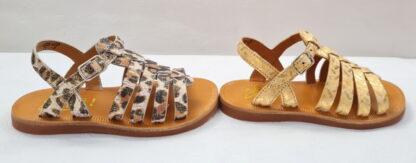 Un cuir imprimé léopard ou doré pour la sandale enfant Plagette Strap Leo ou Painter dotée de multiples lanières sur le pied et fermé par 1 bride à boucle. Nu-pied fille signé Pom d'Api