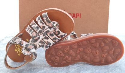 un joli imprimé léopard blanc platine pour le nu-pied enfant Plagette Strap de Pom d'Api. Un nu-pied fille fermé par 1 bride à boucle