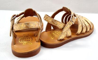Un nu-pied enfant pour fille, la Plagette Strap painter en cuir imprimé doré et fermé par 1 bride à boucle. une sandale signée Pom d'Api