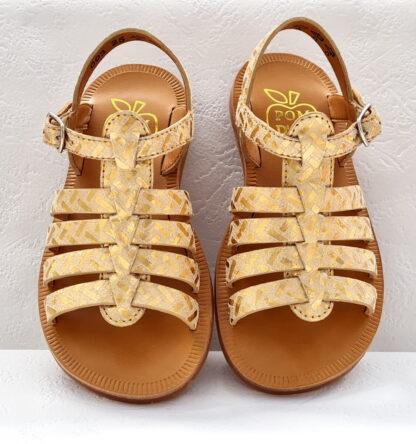 Une sandale fille de Pom d'Api, la Plagette Strap Painter en cuir imprimé doré. Ce nu-pied enfant est doté d'une bride à boucle