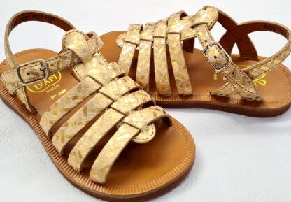 nu-pied Plagette Strap Painter en cuir métallisé imprimé doré fermé par 1 bride à boucle, modèle Pom d'Api