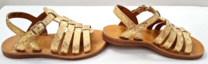 la Plagette Strap est doté de multiples lanières cuir métallisé imprimé doré sur l'avant du pied, elle se ferme par une bride à boucle, modèle pour chausser les pieds fins de Pom d'Api