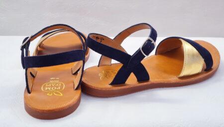 Plagette Tek pour fille en cuir velours marine dotée de 2 lanières sur l'avant du pied en cuir velours marine et métal or, chaussure enfant Pom d'Api fermé par 1 bride à boucle