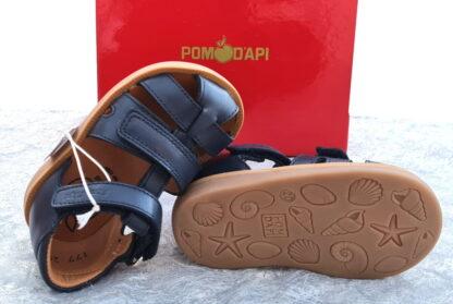 Chaussure enfant Pom d'Api, Poppy Boy Strap pour premiers pas garçon en cuir marine. Ce modèle est fermé par 1 bride à velcro et doté d'un deuxième velcro sur le pied.