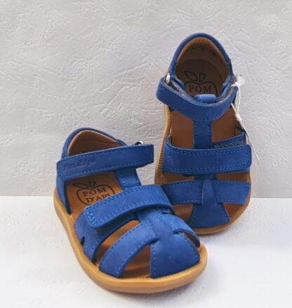 Chaussure enfant Pom d'Api, Poppy Boy Strap pour premiers pas garçon en cuir nubuck cobalt. Ce modèle est fermé par 1 bride à velcro et doté d'un deuxième velcro sur le pied.