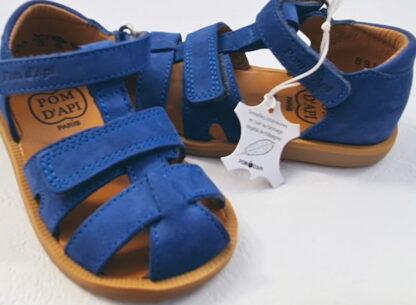 Chaussure enfant Pom d'Api, Poppy Boy Strap pour premiers pas garçon en cuir nubuck bleu cobalt. Ce modèle est fermé par 1 bride à velcro et doté d'un deuxième velcro sur le pied.