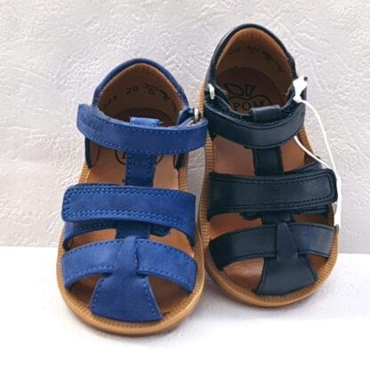 Une sandale bout protégé pour bébé garçon en cuir marine ou nubuck cobalt fermée par 1 velcro et doté d'un scratch sur le coup de pied. Chaussure enfant Poppy boy Strap de Pom d'Api