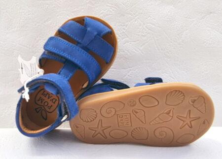 Un nu-pied pour premiers pas garçon en cuir nubuck bleu cobalt à 2 velcros. Modèle Poppy Boy Strap de Pom d'Api