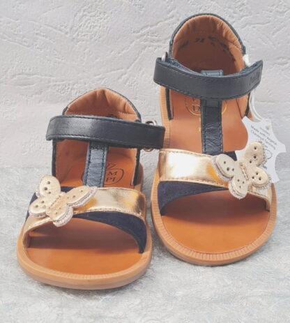nu-pied en cuir marine et lanière métal or joliment décoré d'un papillon. Ce modèle pour prmiers pas fille est fermé par i bride à velcro, Poppy Cross de Pom d'Api
