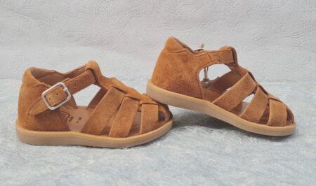 pour les premiers pas, un nu-pied, bout protégé et fermé par une bride à boucle. Une chaussure garçon en cuir velours caramel Poppy Daddy signé Pom d'Api