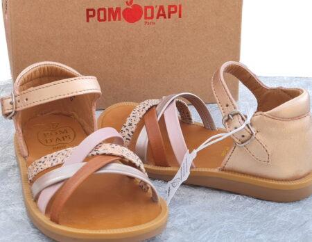 Pour les premiers pas, Poppy Erg de Pom d'Api en cuir cuivre et lanières multicolores. Ce modèle est doté d'un contrefort et fermé par 1 bride à boucle