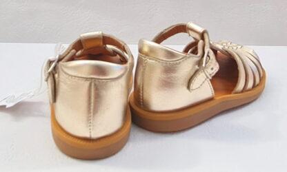 un nu-pied bout protégé pour premiers pas en cuir platine avec contrefort et multiples lanières, modèle Poppy Pitti de Pom d'Api fermé par 1 bride à boucle