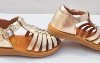 Chauissure pour enfant, la sandale fermée Poppy Pitty en cuir platine. Ce nu-pied de Pom d'Api est doté d'un contrefort fermé par 1 bride à boucle.