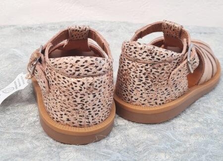 un ble imprimé sur cuir métal cuivre pour la sandale premiers pas à bout protégé Poppy Erg de Pom d'Api. Ce modèle est fermé par 1 bride à boucle