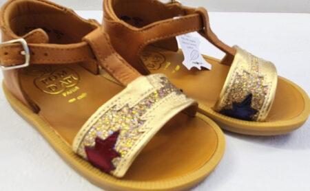Poppy Zia, une sandale pour bébé fille en cuir lisse camel et dotée d'une jolie lanière en cuir métallisé or et glitter or. Nu-pied enfant Pom d'Api fermé par une bride à boucle