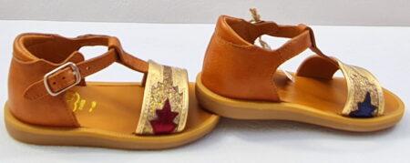 Magnifique nu-pied pour bébé fille, Poppy Zia en cuir camel et lanière en cuir métallisé or et glitter. Modèle avec contrefort et fermé par 1 bride à boucle de Pom d'Api.