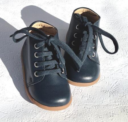 chaussure mixte pour premiers pas en cuir de pomme marine et fermé par 1 lacet signé Pom d'Api