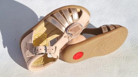 Le nu-pied bébé fille Stand up Rose est fabriqué en cuir de pommes recyclées par Pom d'Api. Une sandale enfant à bout protégé et dotée d'une pomme vernis rose pailleté sur sa bride centrale et de lanières cuivrées. modèle Stand Up Apple fermé par 1 bride à boucle