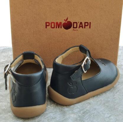 Chaussure style salomé pour premiers pas en cuir de pomme marine et fermé par 1 bride à boucle. Modèle signé Pom d'Api