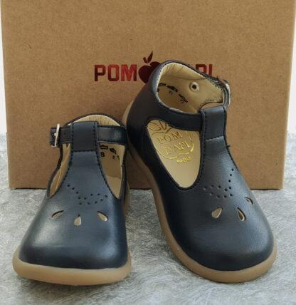 chaussure mixte pour premiers pas, un style salomé en cuir de pomme marine et fermé par 1 bride à boucle signé Pom d'Api