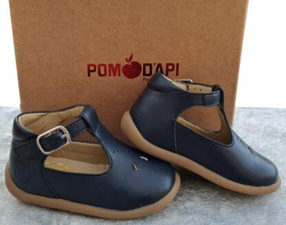 pour les premiers pas, une chaussure en cuir de déchets de pommes recyclés Stan Up de Pom d'Api. Un cuir marine habille ce modèle qui est fermé par 1 bride à boucle