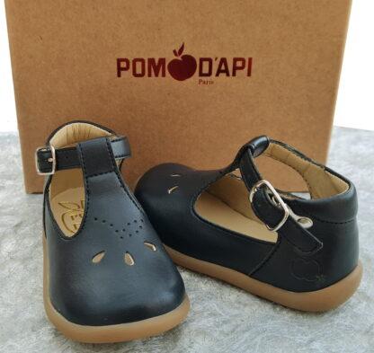 Chaussure pour premiers pas en cuir de pomme Stand Up Salome de Pom d'Api. ce modèle en cuir marine est fermé par 1 bride à boucle