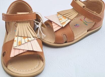 pour les premiers pas un modèle de Shoo Pom en cuir lisse camel clair doté de franges sur le pied et fermé par 1 bride à velcro, nu-pied Tity Falls